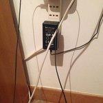 queste erano le prese libere presenti a vista nella stanza con annessi cavi tv