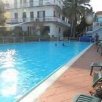 piscine et hôtel au fond