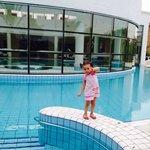 Loulou au bord du piscine