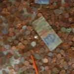 devaluado peso argentino ! todos tiran monedas nosotros billetes !