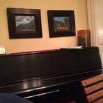 un piano trône à côté de la table de la salle à manger