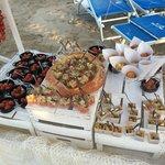 stuzzichini per accompagnare aperitivo beach party
