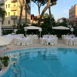 Tavoli festa a bordo piscina (pool party)