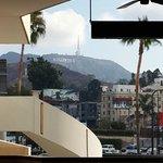Vista do letreiro de Hollywood enfrente Starbucks