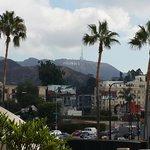 Vista do letreiro de Hollywood do patio do hotel