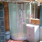 salle douche avec toilette séche ,dans le chalet