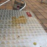 tables autour de la piscine