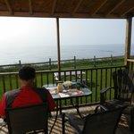 balcon avec table et chaises + poêle à charbon