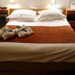 Una comodisima cama de 2metros por 2metros con ese maravillosos colchon coco mat
