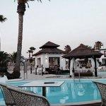 el entorno de la piscina desde el bar