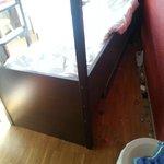 sporcizia dietro il letto