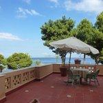 terrasse de la chambre avec vue sur le jardin et la mer