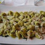 Tortellini estivi ovvero tortellini verdi tirati in padella con burro erba cipollina e pancetta.