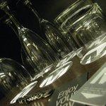 detalhe do bar na suite preparado para tomar um vinhozinho