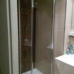 La doccia. Spaziosa e con un soffione meraviglioso