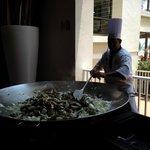 Chef cocinando enfrente del publico.