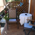 Chaise et table sur Balcon/Terrasse