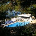site hôtelier : vue sur la piscine animée et le théatre