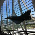 Avión colgado en el Museo de las Ciencias.