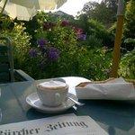 Frühstücken Zeitung im Garten der Villa - himmlisch
