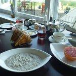 Die warmen Frühstücksspeisen (hier Porridge) werden auf Bestellung gebracht.