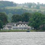 Das Hotel vom See aus betrachtet.