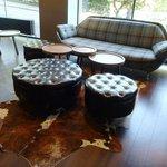 Schottisch karierte Couch in der Lobby