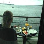 Utsikt fra balkongen. Frokost på rommet