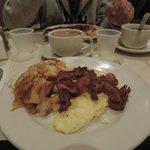 2 oeufs (de caille?!) brouillés, bacon, pdt. Correct.