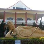 O buda deitado e o templo.