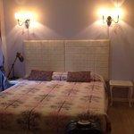 Arredamento moderno e curato della camera