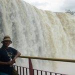 Desde la frontera brasileña, la majestuosa caída de agua