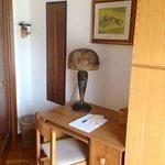 Dettaglio scrivania nella camera singola/matrimoniale