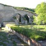 till höger munkarnas örtagård