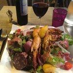 Très bonne salade de la mer et montagne. Et son vin de l'Agly !