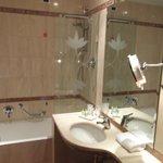 Baño limpio con muchos detalles