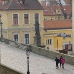 vista di ponte Carlo dalla finestra della camera