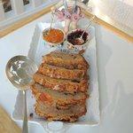 un cake et confiture maison servi sur un joli plat