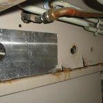 Dessous de l'évier de salle de bain accessible aux enfants