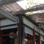 gazebo/bar vicino alla piscina, anche qui la manutenzione lascia a desiderare