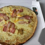 """Pizza savoyarde. Garniture au centre pâte pré cuite abominable .... Carniture """"jetée""""  sur la pi"""
