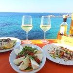 моцарелла буфало, карпаччо из рыба-меч, салат с морепродуктами