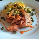 Geräuchte Seeforelle mit Salat