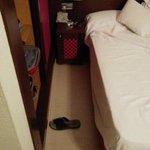 40 centrimetros entre el armario y la cama
