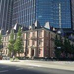 交差点の角、三菱東京UFJ本店の向かいにあります。