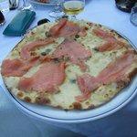 Pizza al salmone: davvero buona, e con tanto salmone marinato