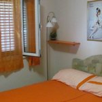Спальня в оранжнвых апартаментах