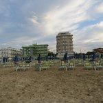Der Strand mit Hotel im Hintergrund...