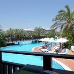 uitzicht vanuit de sunsetbar over het zwembad