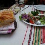 insalata e pane (lo servono caldo, scaldato al momento)